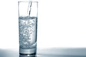 نوشیدن آب چگونه باعث کاهش وزن می شود